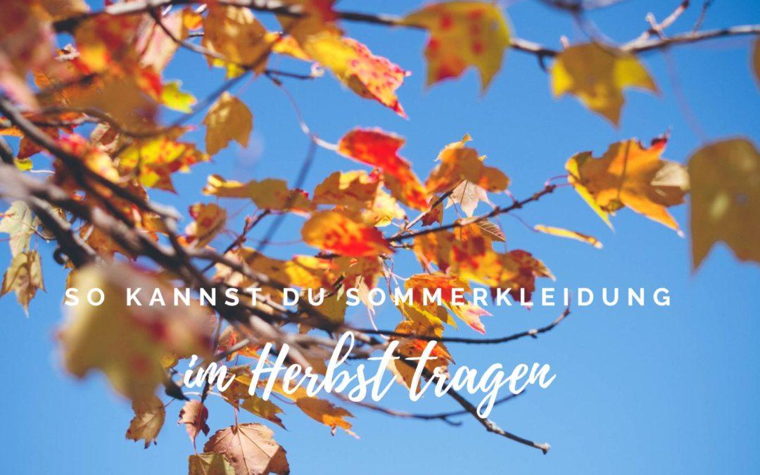 So kannst du Sommerkleidung im Herbst tragen